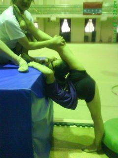 被动劈叉训练_一组柔术女生被动后搬腿训练照(3)-中华柔术