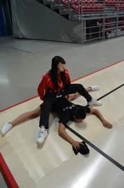 被动劈叉训练_实拍蒙古女孩室内柔术练功-中华柔术